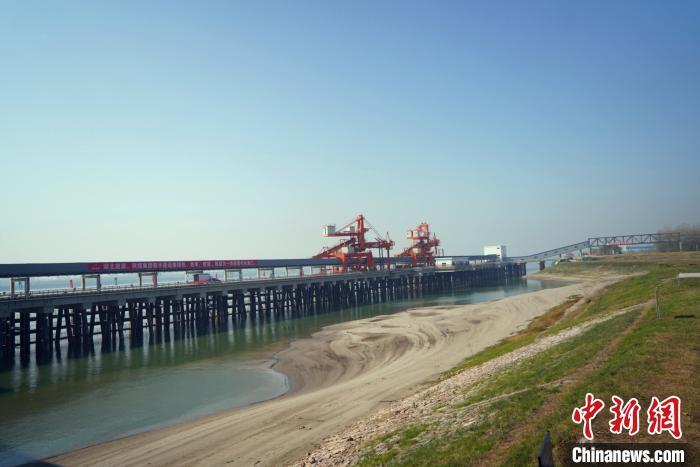 荆州煤炭铁水联运储配基地项目一期工程正在进行收尾工作。 刘湃 摄