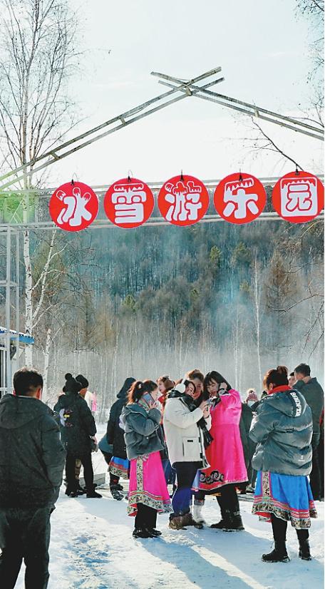来自全国各地游客在冰雪乐园游玩。