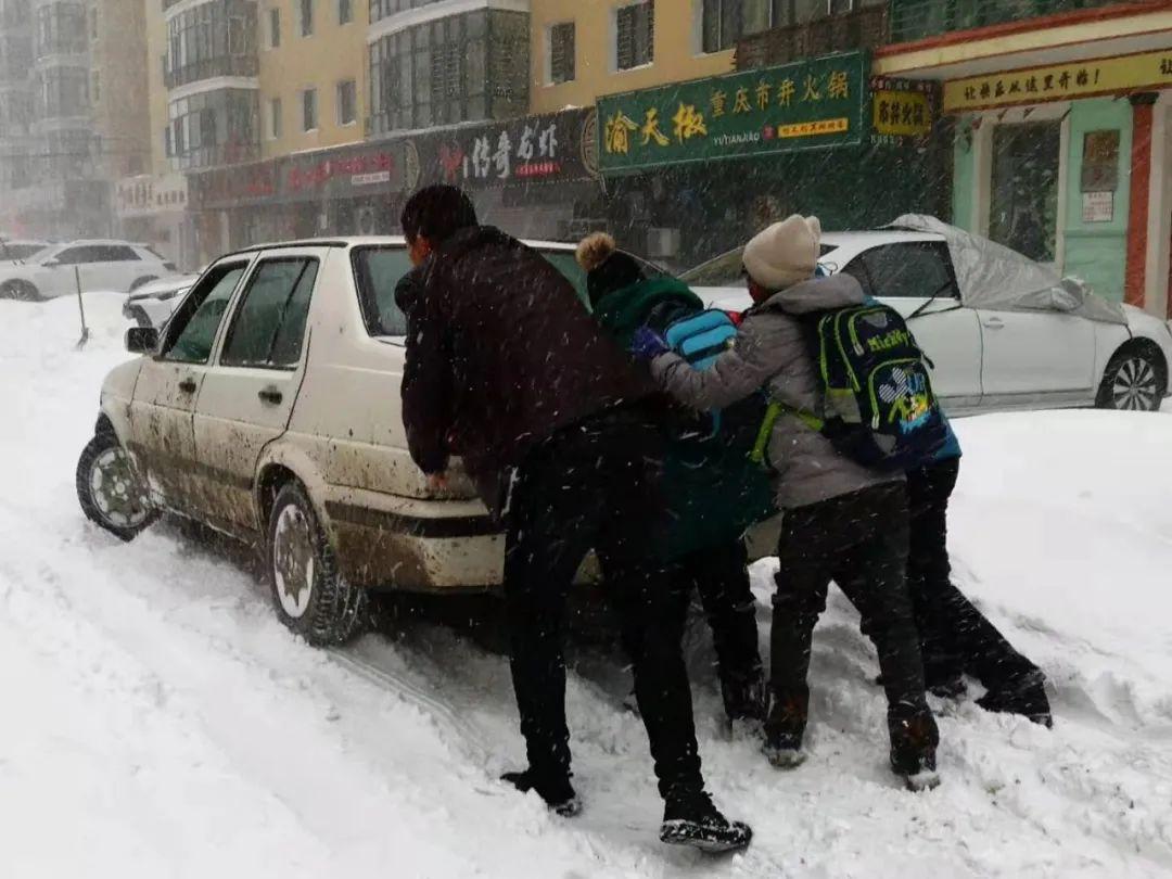 市民帮忙推车。哈尔滨日报手机记者朱铭志 摄