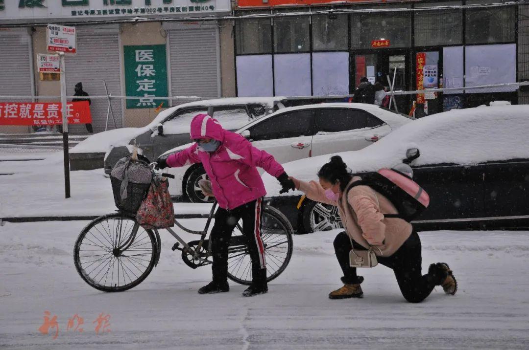 这一幕,温暖了很多人。哈尔滨日报手机记者 兰国强 摄