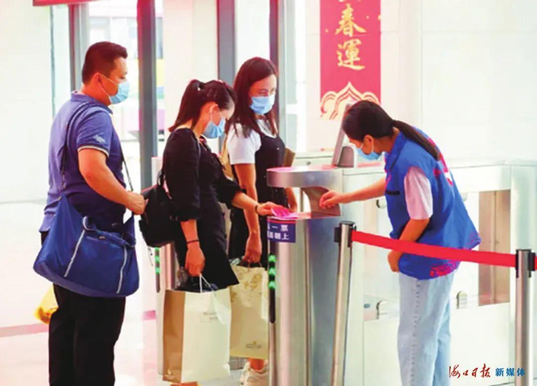 国庆中秋假期,志愿者协助旅客过安检。