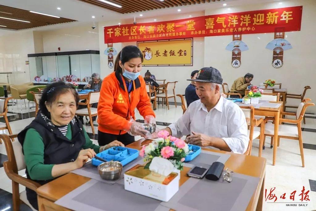 长者饭堂服务人员为候鸟老人端送热汤。海口日报记者 王程龙 摄