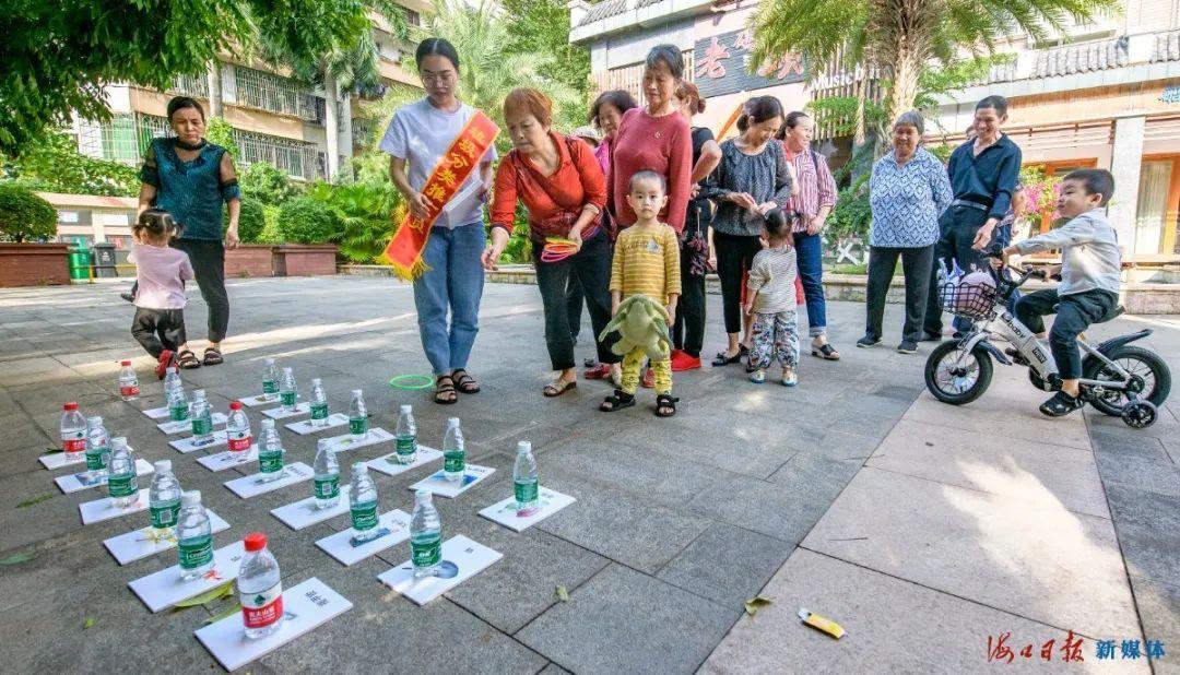 琼山开展垃圾分类宣传集市吸引群众的参与。海口日报记者 王程龙 摄