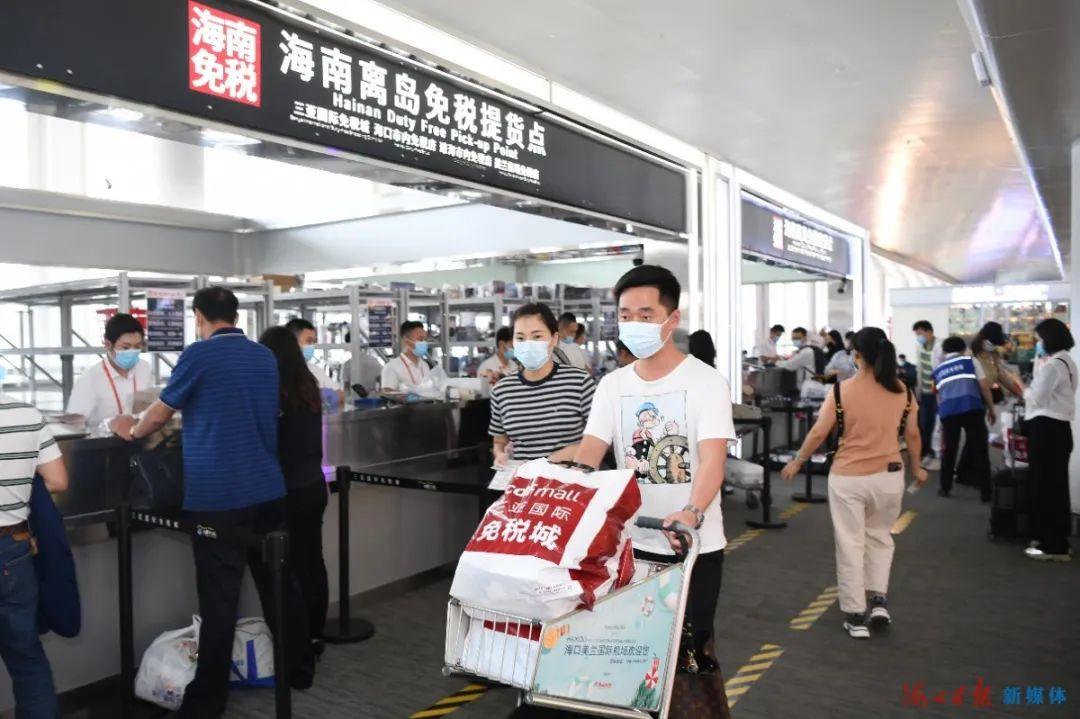 11月10日,海口美兰机场免税店内人头攒动,旅客们正在离岛免税提货点提货。海口日报记者 石中华 摄