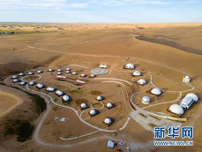 """这是2020年9月26日拍摄的沙漠中天文观测基地和""""摘星""""小镇。(无人机照片)(图片由受访者提供)"""