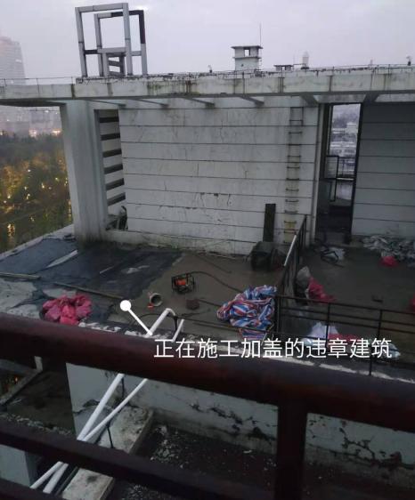 居民楼顶的施工现场。