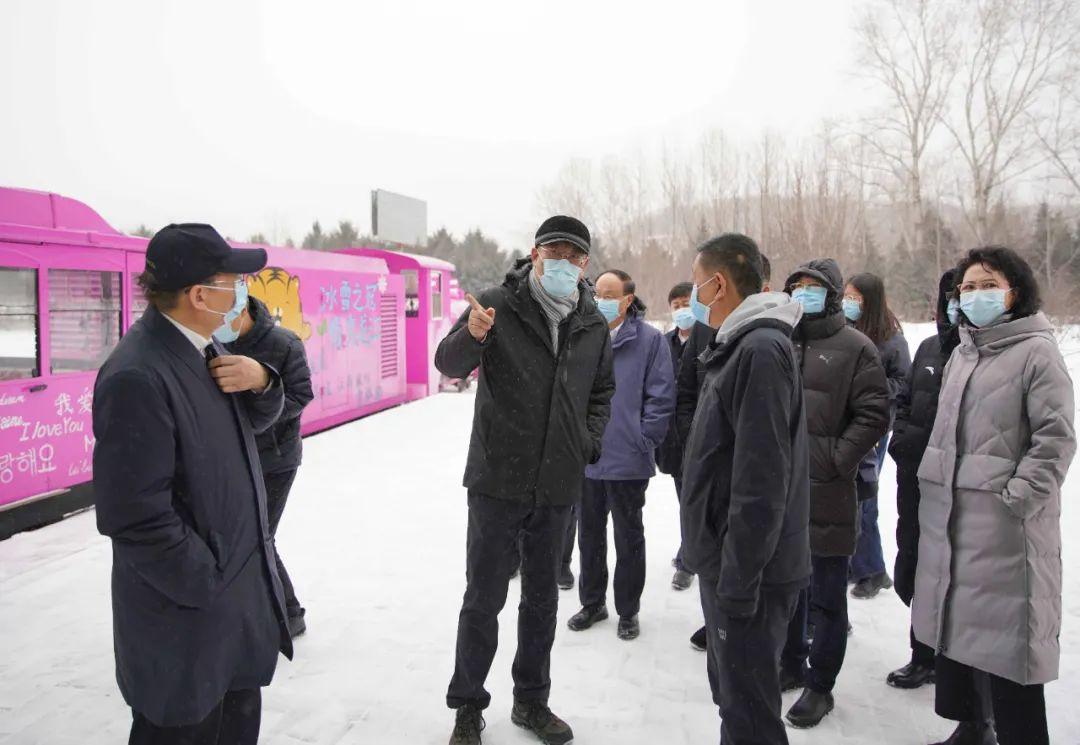 19日,王文涛调研亚布力青云小镇森林小火车自费项目。