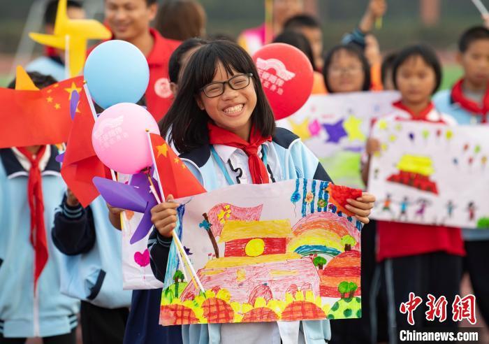 孩子们展示手绘心愿。 赵春亮 摄