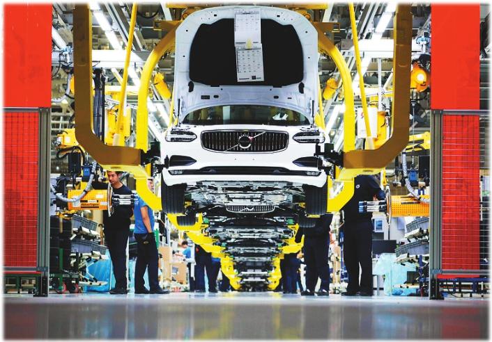 沃尔沃大庆工厂总装车间工人们正在组装轿车。