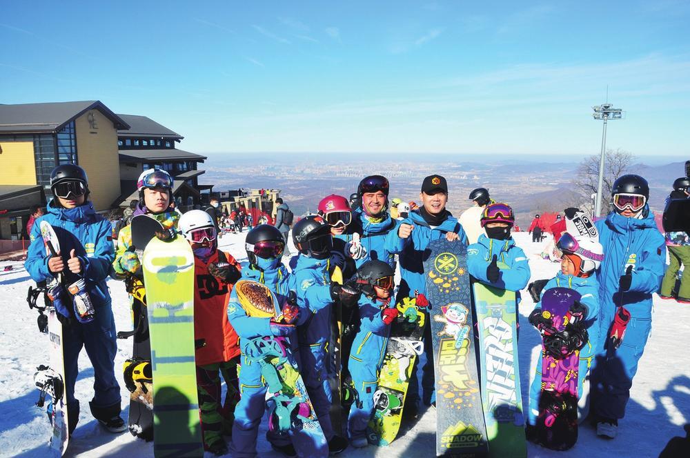 专业教练带领下滑雪爱好者队伍日益壮大