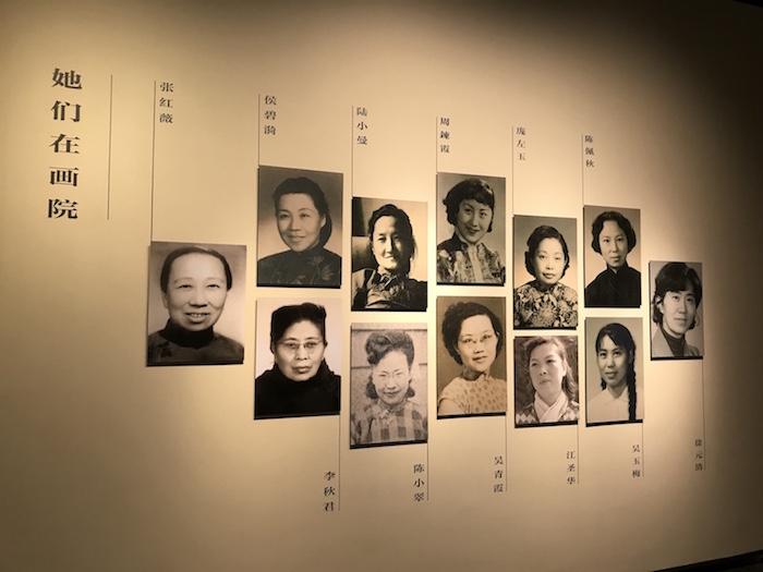 展厅现场,12为已故女画师的照片(按年龄排序)