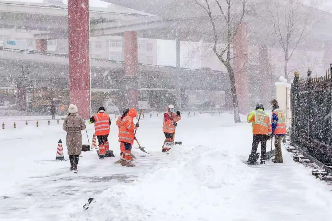 三合路与三大动力路交口,环卫工人清雪作业。哈尔滨日报手机记者 傅强 摄