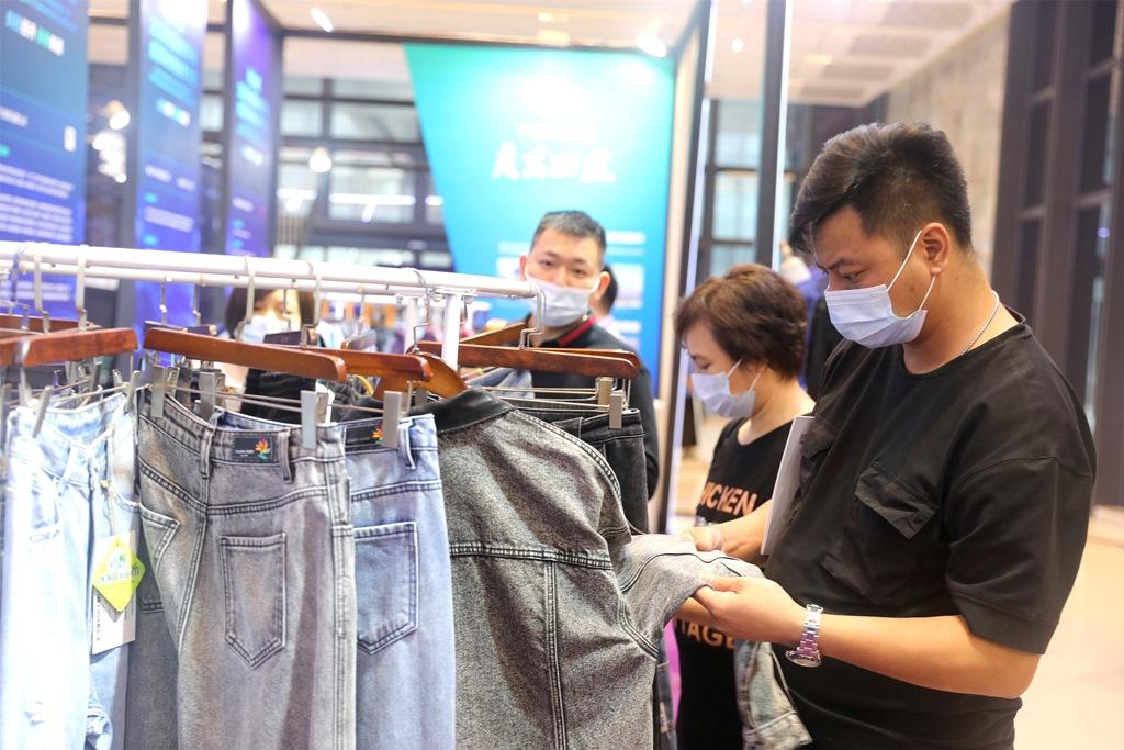 德耀纺织与畅染科技有限公司合作推出无硫化黑牛仔产品,吸引客商关注。(甘小龙摄)