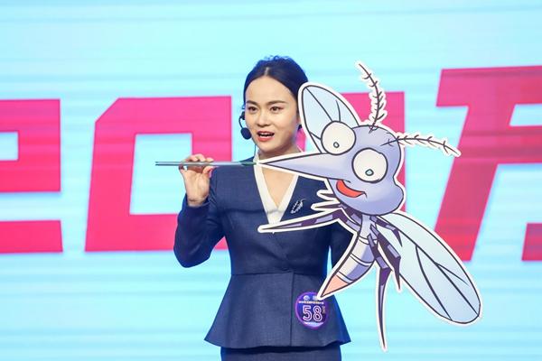 张言在讲解微型啥人机器——蚊子