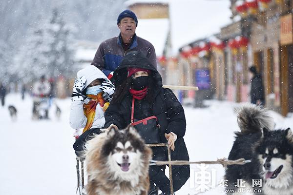 雪乡首日开园迎宾。王衍龙 摄