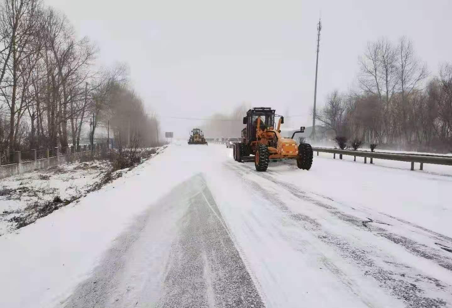 黑龙江省交通部门战风雪保畅通