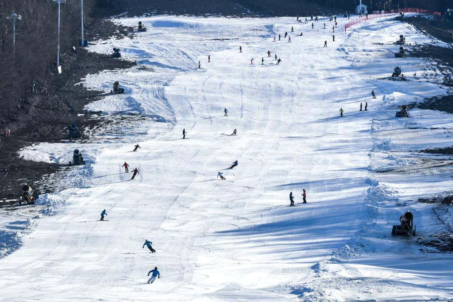 11月14日,滑雪爱好者在吉林市北大湖滑雪场滑雪。