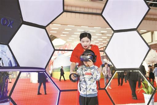 11月16日,湖南国际会展中心,小朋友在工作人员指导下体验VR教学。当天,2020中国红色旅游博览会闭幕,现场科技感满满的红色文化体验,成为红色文化融合创新发展的鲜活案例,吸引了许多市民驻足体验。