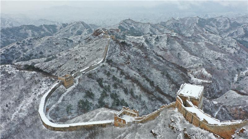 这是11月19日拍摄的金山岭长城雪景(无人机照片)。 新华社发(周万平摄)