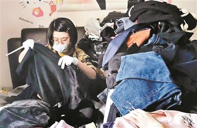 整理收纳师在清理衣物