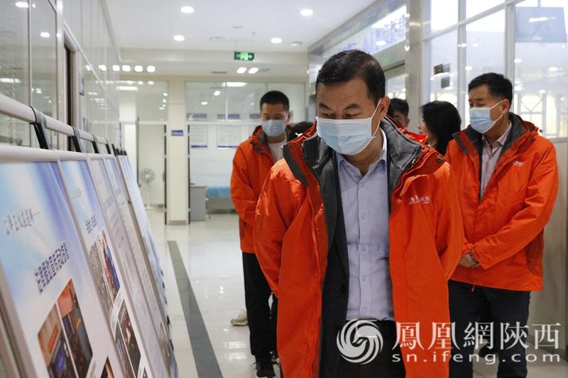 中国社会科学院法学研究所研究员、博士生导师刘仁文查看莲湖区公共法律服务中心展板