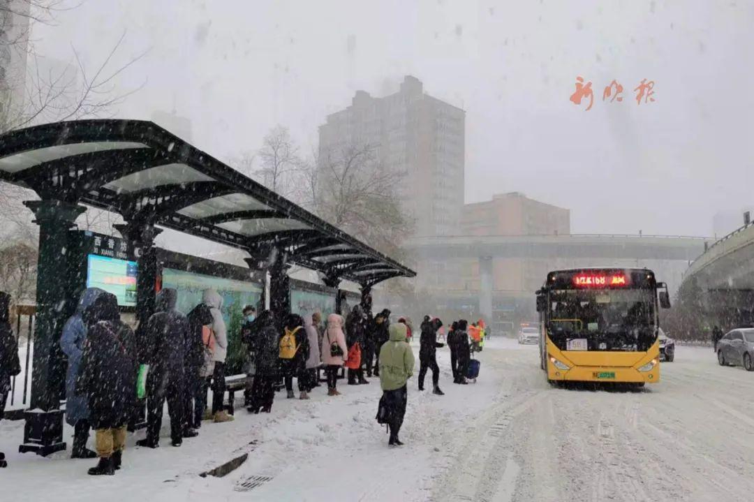 风雨不误服务市民的公交车。哈尔滨日报手机记者 傅强摄