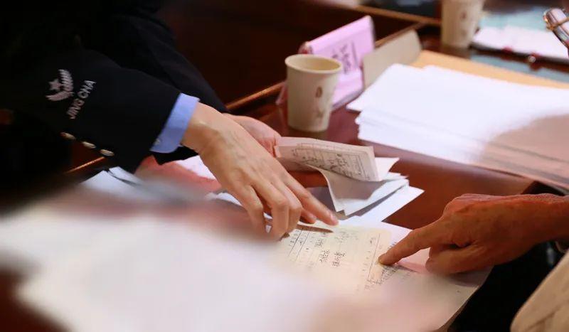 法警向申訴人出示依法調取的原始票據