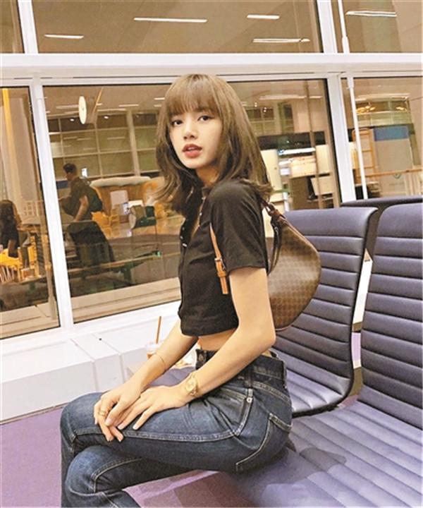 歌手Lisa背的中古款Celine大受欢迎
