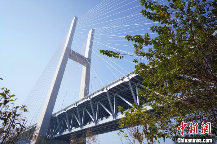 """我国""""北煤南运""""的战略运输通道浩吉铁路,在荆州江陵与长江黄金水道交汇。 刘湃 摄"""