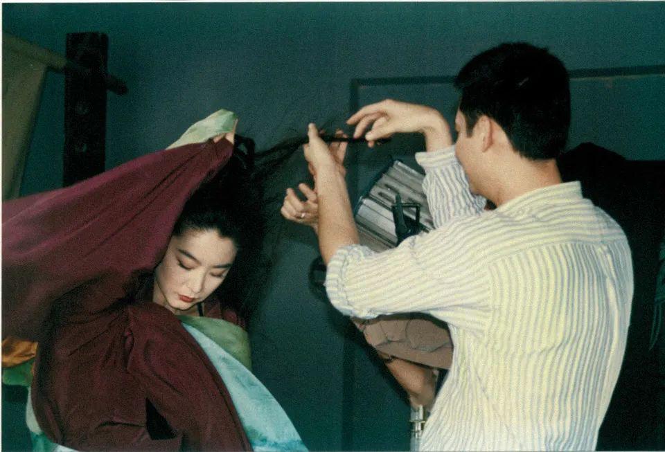 张叔平,知名美术导演、服装设计师,曾参与制作多部王家卫电影,凭借《金陵十三钗》《一代宗师》等获得多项国内外电影服装造型设计奖。