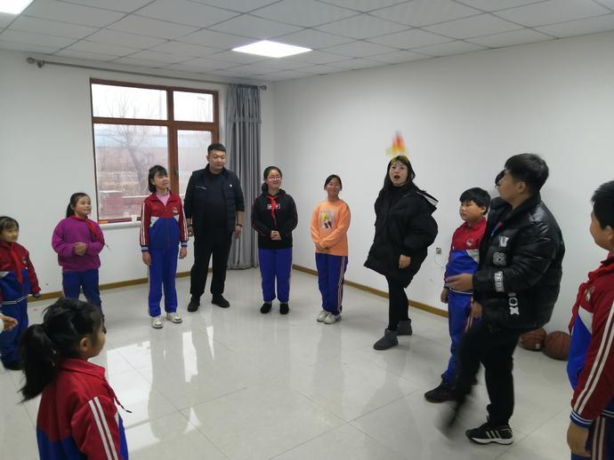 志愿者和孩子们一起踢毽球