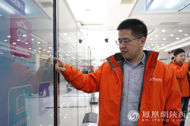 上海金融与法律研究院院长傅蔚冈研究员查看榆林市税务局电子税务系统