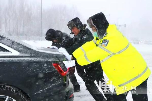 交警助力市民出行。
