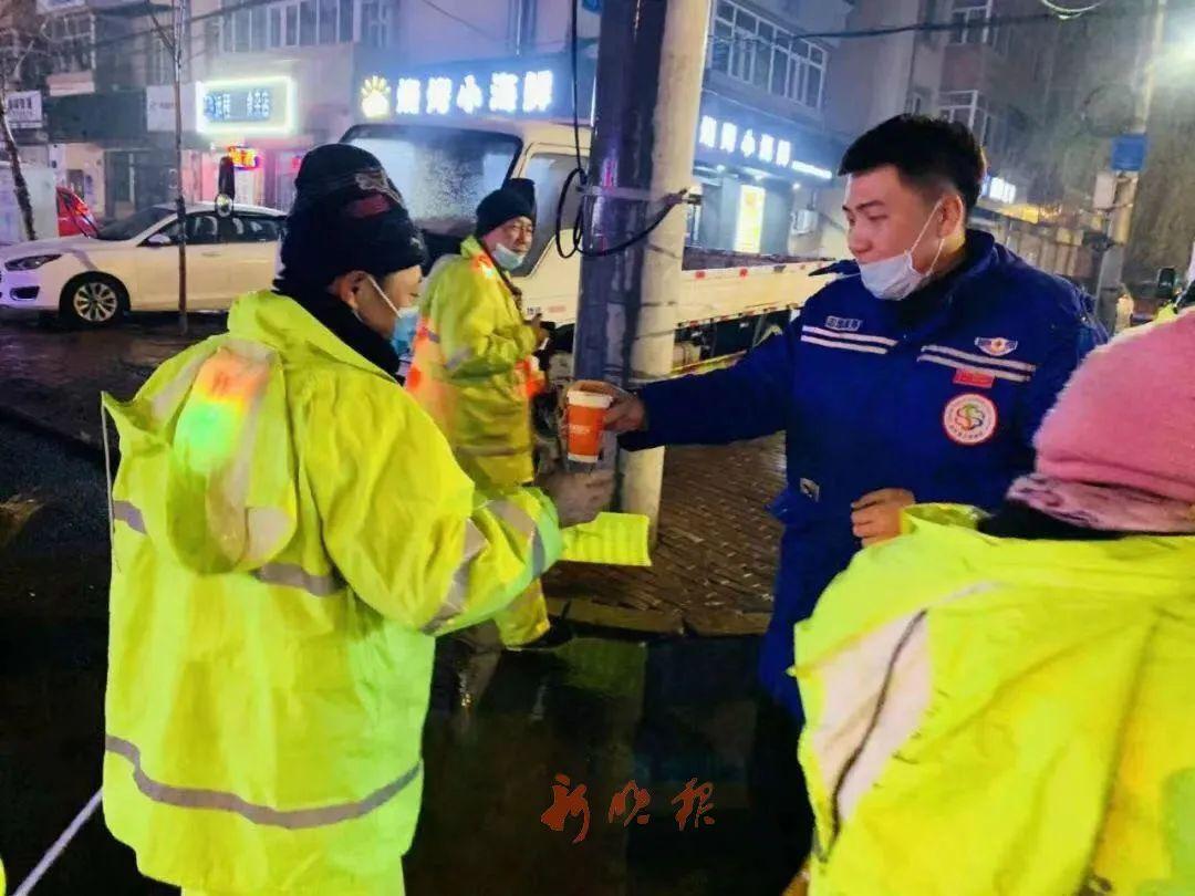 寒夜中,志愿者为环卫工送来了热豆浆。