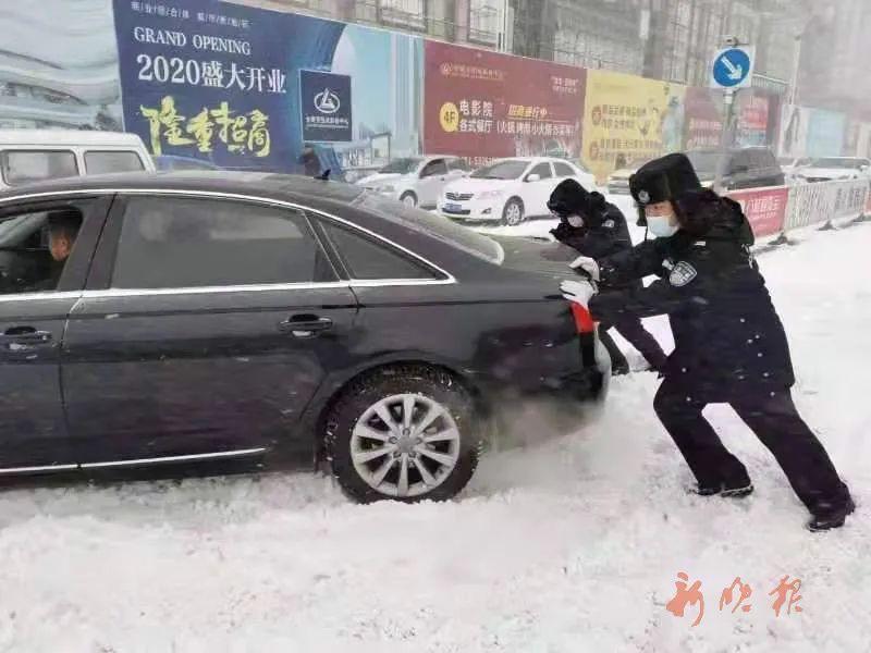双城交警,在街头帮忙推车。 罗彦坤 摄