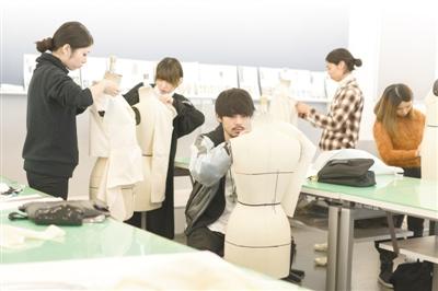 在日本教育财团旗下的职业学校,学生正在学习服装设计。日本教育财团供图