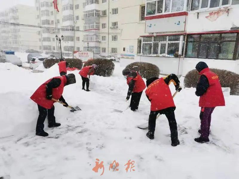 平房区党员干部第一时间走上街头,投入到清冰雪作业中。