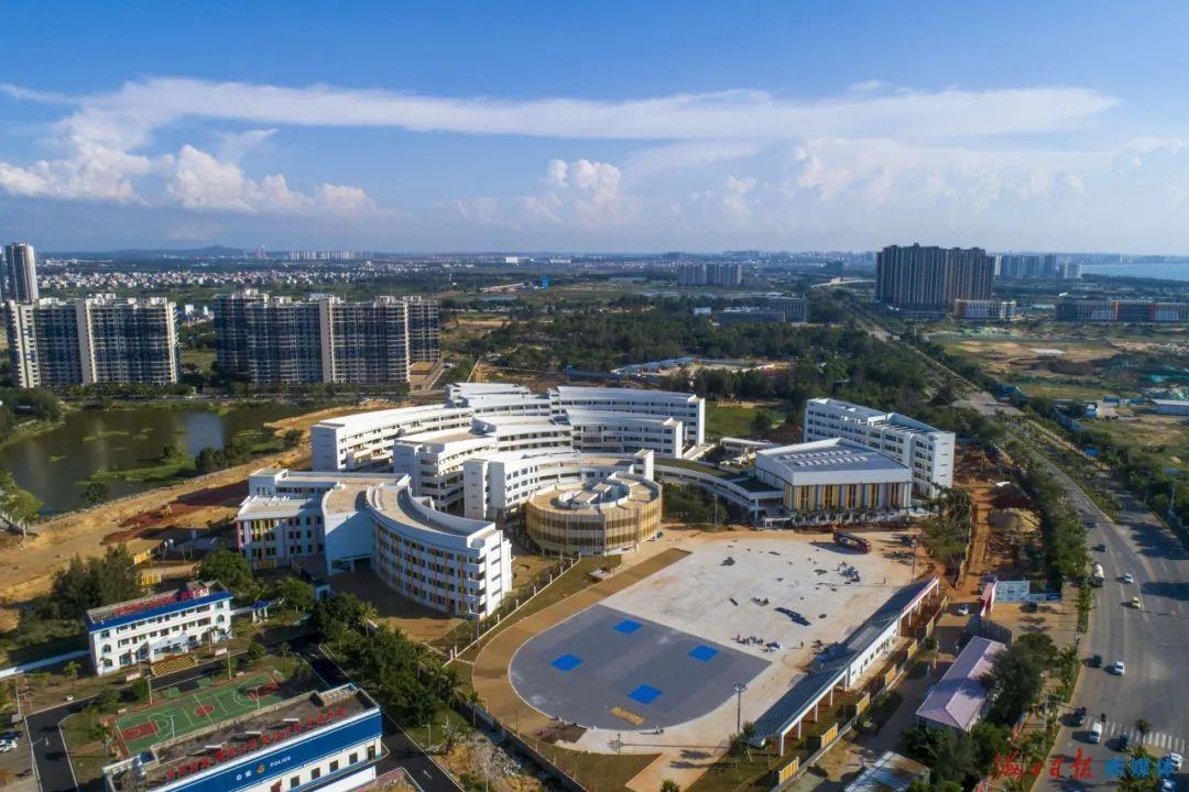 8月9日,航拍镜头下的海口新海学校。海口日报记者 石中华 摄