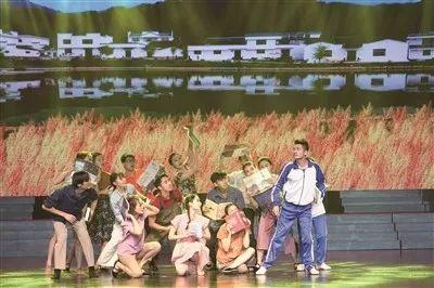 ▲鄞州区星光舞蹈团创作演出群舞《农家书屋》。(陈云波 摄)