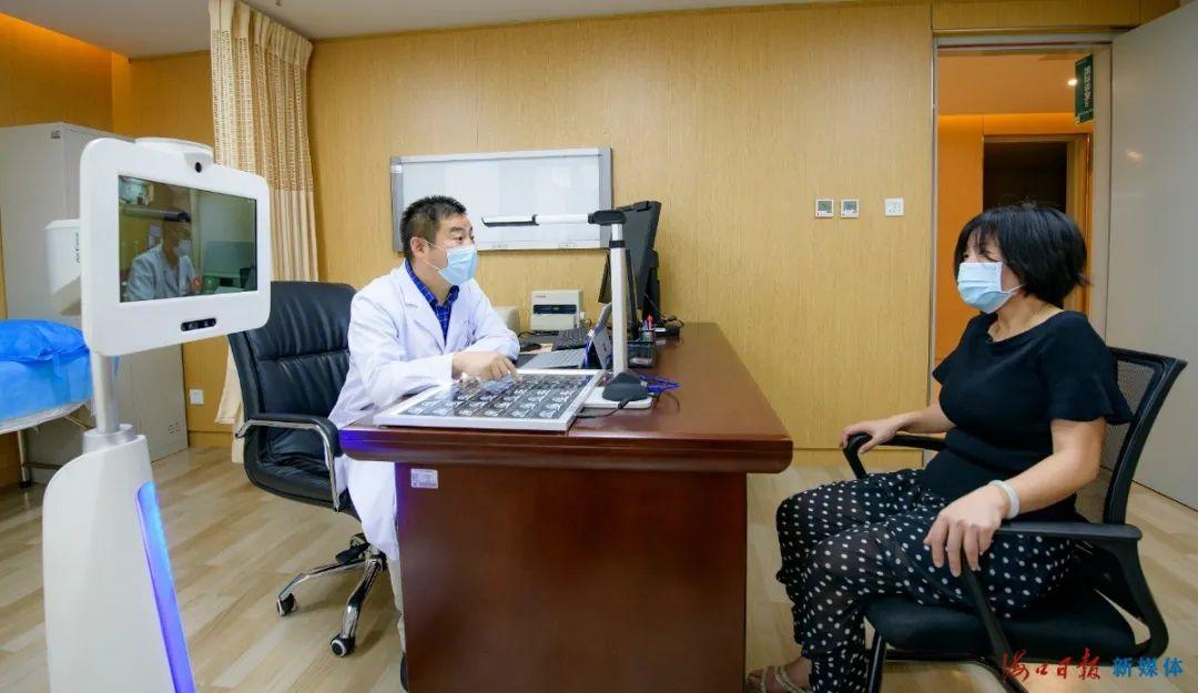 海口市骨科与糖尿病医院医师和智能移动远程医疗机器人连线的上海总院医师一道为患者看诊。海口日报记者 陈长宇 摄