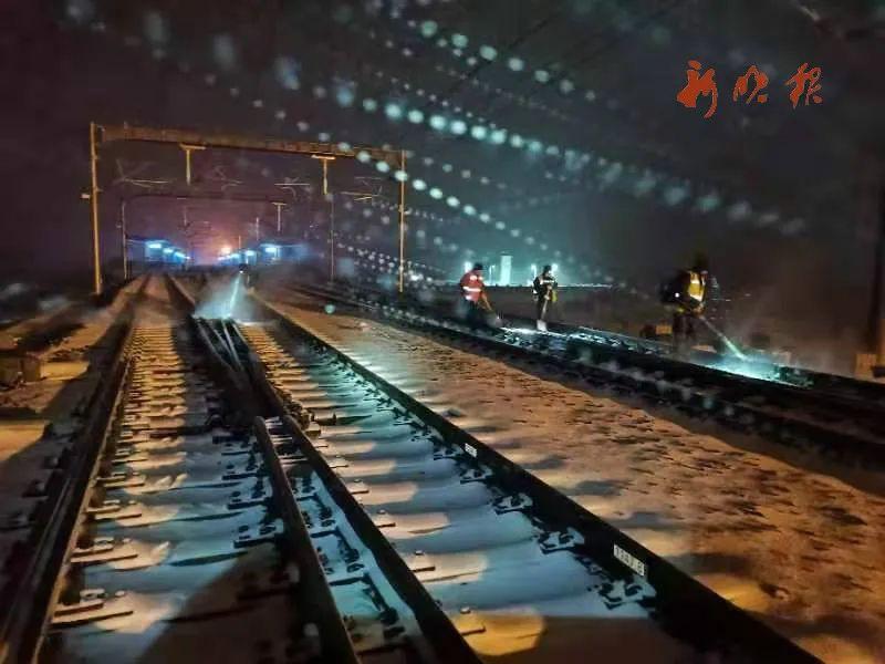 铁路工人检查路轨,确保出行安全。节永志 摄
