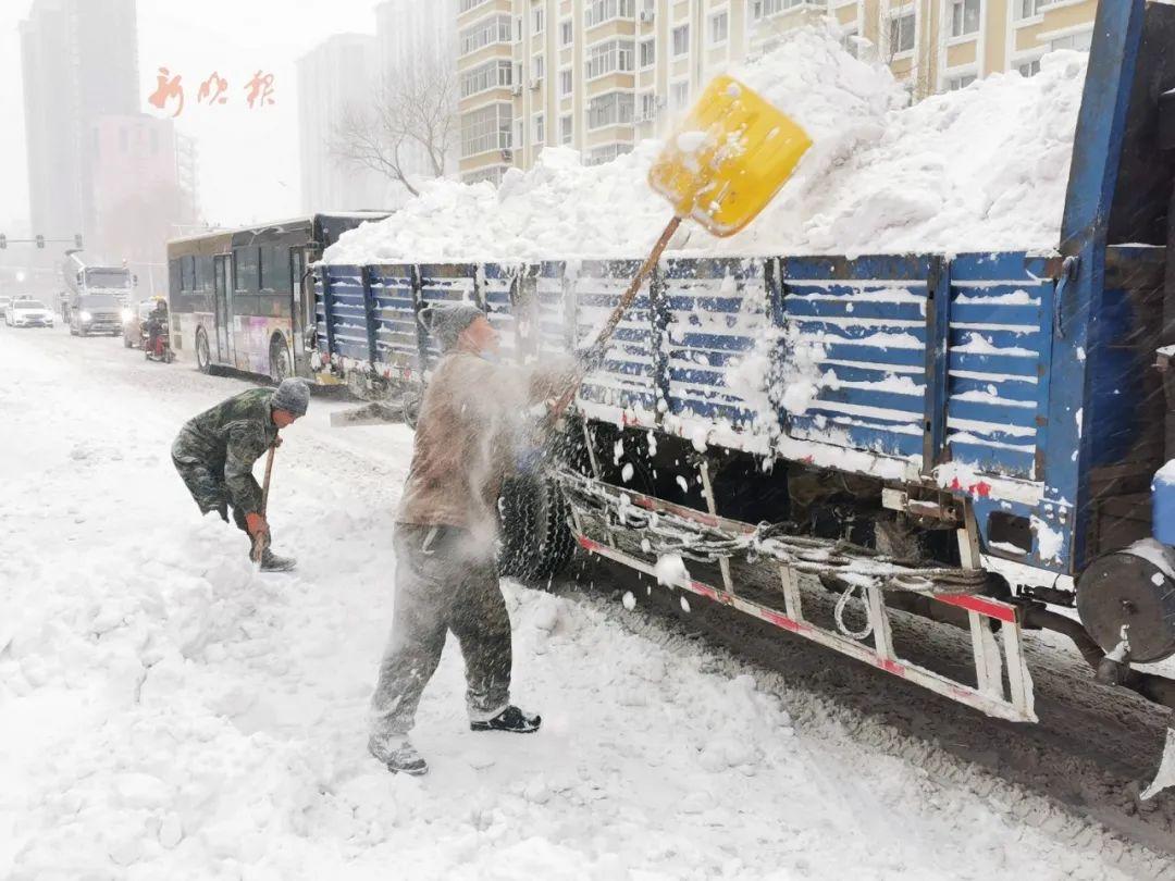 道外区以雪为令人机结合,图为大新街清运积雪。哈尔滨日报手机记者 宋永国 摄