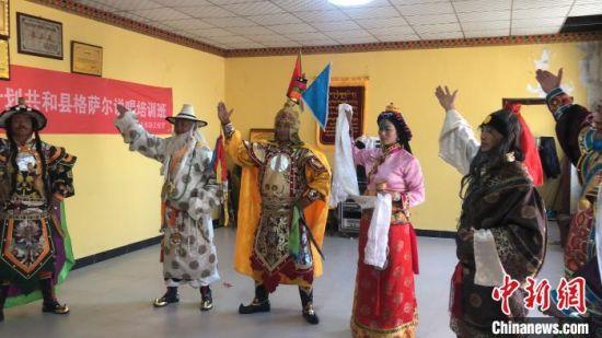 图为格萨尔说唱艺人进行表演。青海省格萨尔史诗保护研究中心供图
