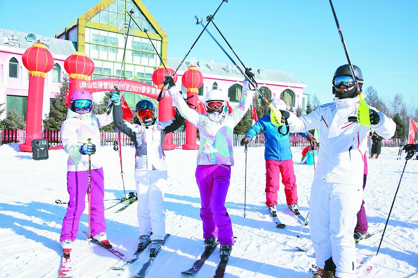 10月末,漠河北极圣诞滑雪场、加格达奇映山红滑雪场相继举行2020初冬首滑式,在首开全国室外滑雪纪录的同时,也拉开了大兴安岭冬季冰雪旅游的大幕。刘大泳摄影