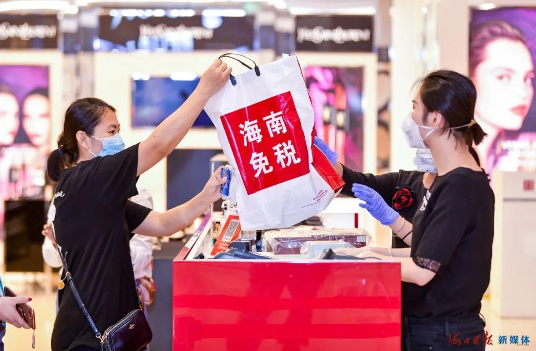 顾客在海口日月广场免税店购买免税商品。海口日报记者 康登淋 摄