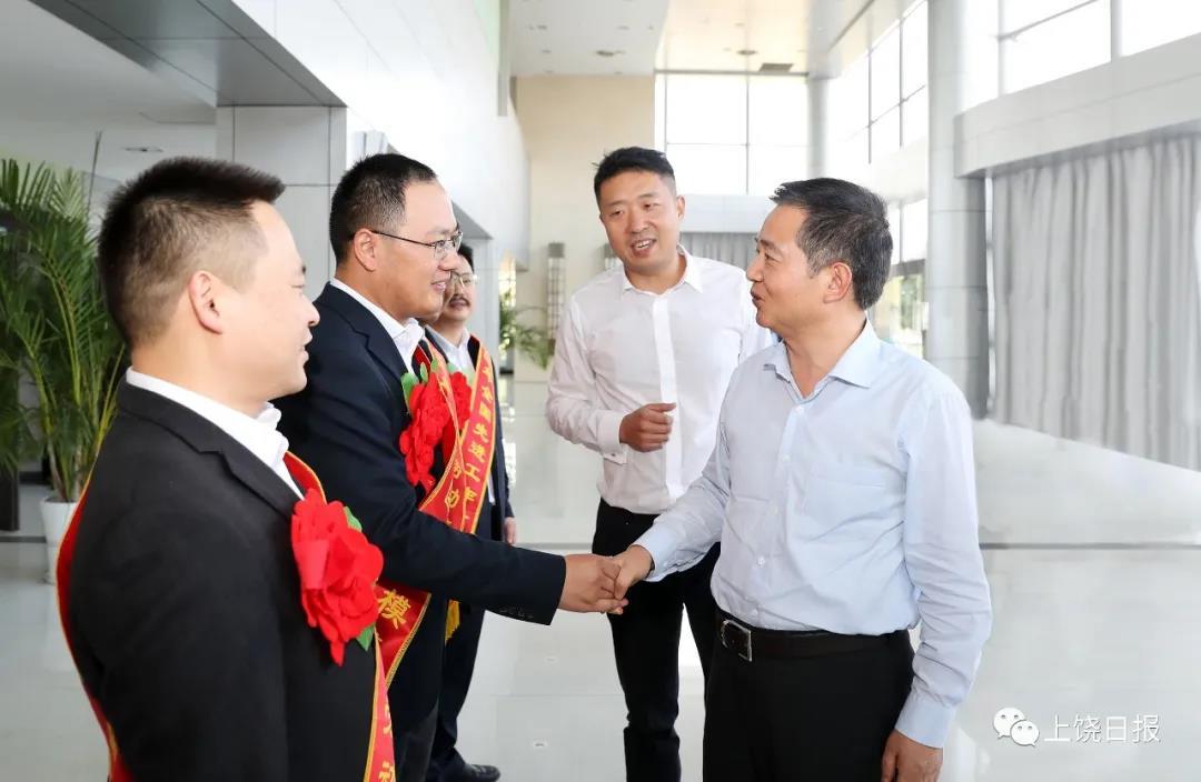 马承祖欢送全国劳模和先进工作者赴京接受表彰。记者 徐斌 摄