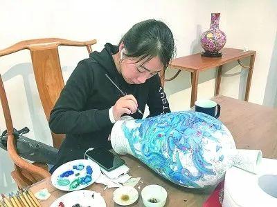 三宝村闲云居里,青年艺术家张燕青正在创作凤凰题材作品《和鸣》。