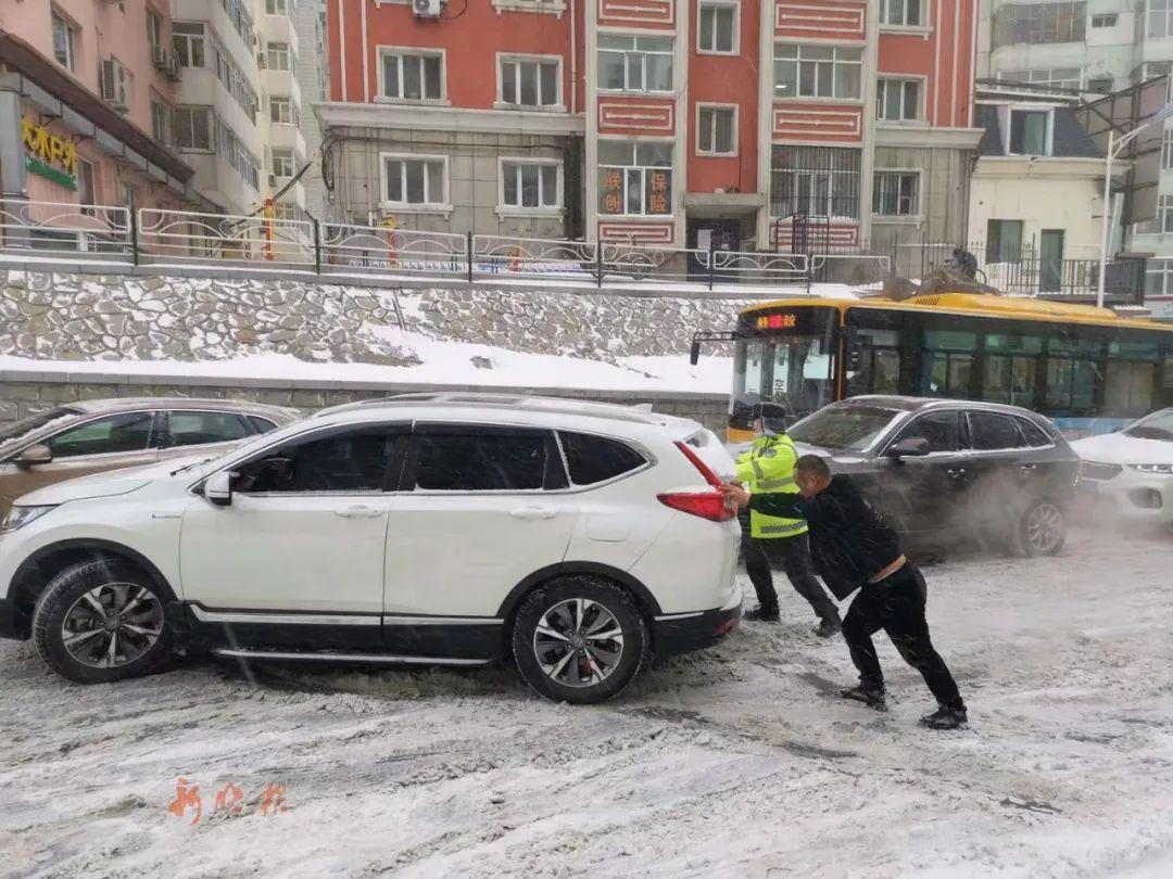 北安街坡路,交警一上午帮推了一百多台车。