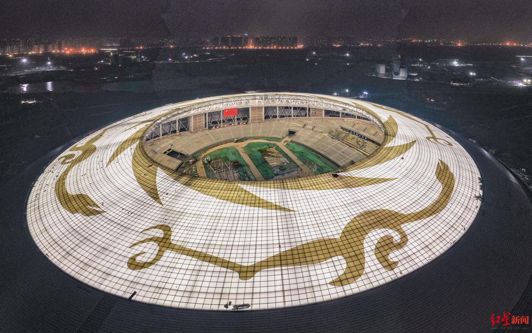 """▲""""飞碟""""闪亮,东安湖体育公园泛光照明首亮。"""
