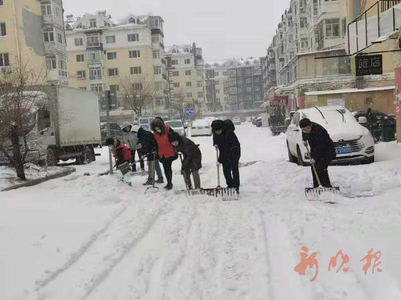 道外区各社区志愿者,自发清理小区庭院、人行道积雪。刘玉玺 摄